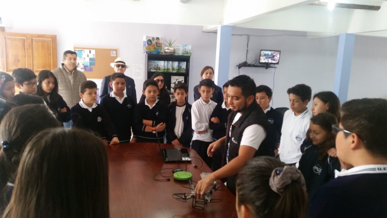 Presententación empresarial a la Unidad Educativa Ángel Polibio Chaves